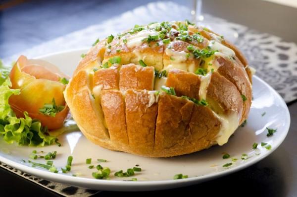 Pão italiano recheado com queijo emmenthal e especiarias. FOTO: Ligia Skowronski
