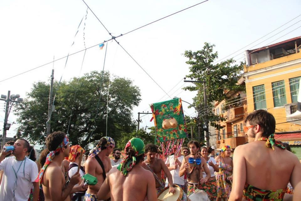No improviso, bloco Saia de Chita desfila pelas ruas de Perdizes com homens vestido com tecidos floridos (Foto: Reprodução)