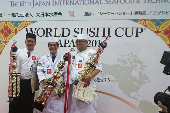Amano, ao centro, com os segundo e terceiro colocados: vitória inédita (Fotos: acervo pessoal)