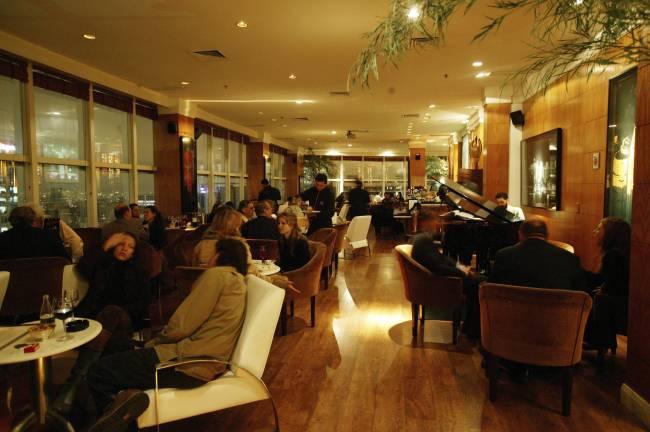 Salão do bar The View, no Transamérica International Plaza Flat - Mario Rodrigues