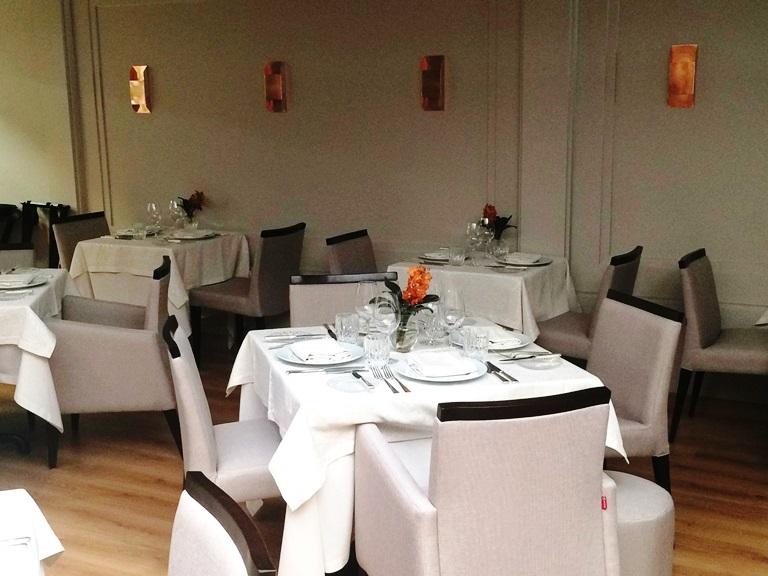 Novo salão: ornamentação clean e flores frescas sobre as mesas