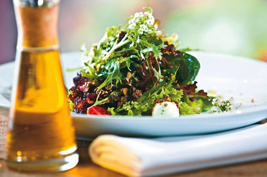 Entrada do Santovino Ristorante: a panzanella, salada com cubos de pão, tomate e lula