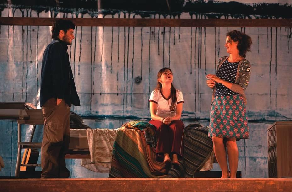 Conflitos tragicômicos de uma família: Kauê Telloli, Júlia Novaes e Denise Fraga estão no elenco de Sem Pensar