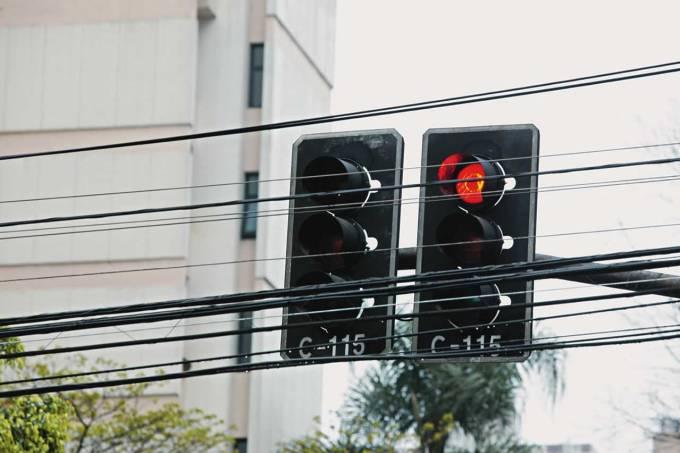 Semáforo na Rua Bela Cintra com Alameda Lorena