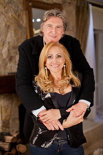 """O cantor com a esposa, a cantora Ângela Bavini. Caberá a ela a responsabilidade de decorar o gabinete do marido em Brasília. """"Penso em colocar um chapéu e berrante para o pessoal identificar de cara a quem pertence o espaço"""", ela planeja (Foto: Reprodução)"""