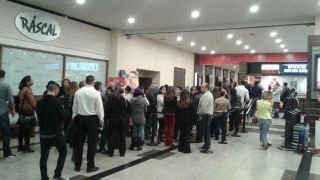 A fila começou a se formar a partir das 20h no Shopping Market Place (fotos Adriana Sayuri)