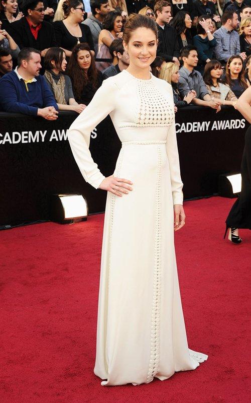 Shailene Woodley, de Valentino alta costura oscar 2012 sem decotes, sem transparencia, sem fendas. o visual ficou pesado. (Foto: Reprodução)