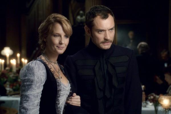 Kelly Reilly interpreta Mary Morstan, noiva do personagem de Jude Law (Watson), que é chefe de investigações da Scotland Yard