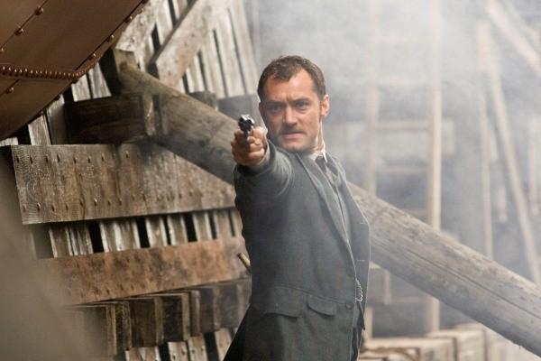 Jude Law está no papel de Watson, parceiro de Sherlock Holmes