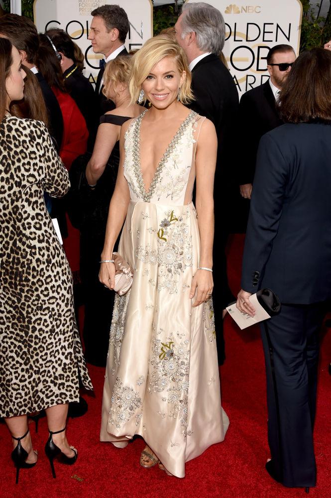 Sienna Miller veste longo Miu Miu com decote profundo (Foto: Reprodução/Fashionista)