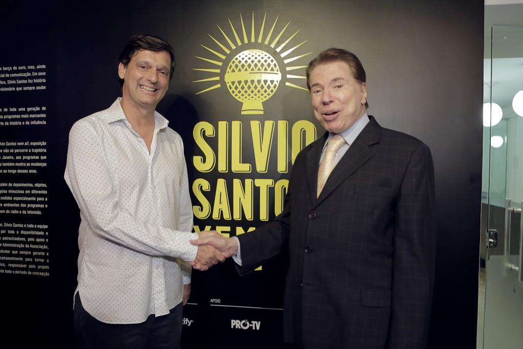 Silvio Santos agradece André Sturm pela exposição (Foto: Leticia Godoy)