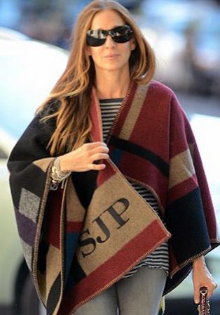 Sarah Jessica Parker e o poncho customizado: peça esgotada das oito lojas da Burberry do Brasil( Foto: Reprodução)