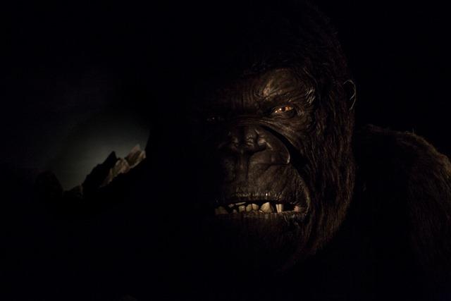 Logo na saída, King Kong aparece pertinho do veículo