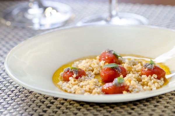 Esferas de tomate com quinoa frita, sementes de chia, manjericão e azeite. FOTO: Romero Cruz