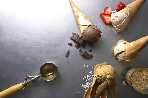 Sorvetes_ Versão de chocolate_ vela cacau brasileiro da Amma; Paladar agridoce_ morango ao vinagre balsâmico; Chocolate e cerveja escura; sorvete de cramelo, da Frida & Mina, em Pinheiros.