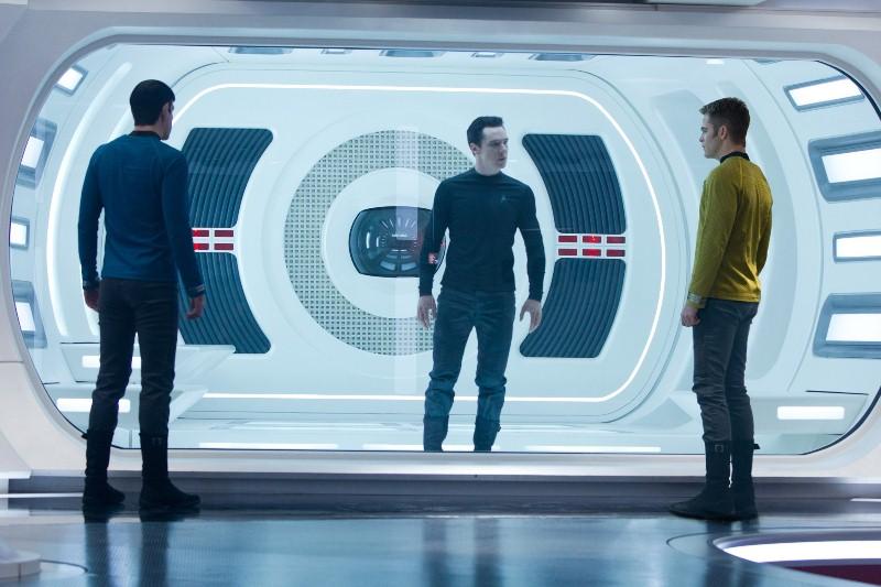 Além da Escuridão - Star Trek: o Capitão Kirk (Chris Pine) reúne sua equipe para encontrar o responsável por toda destruição do planeta