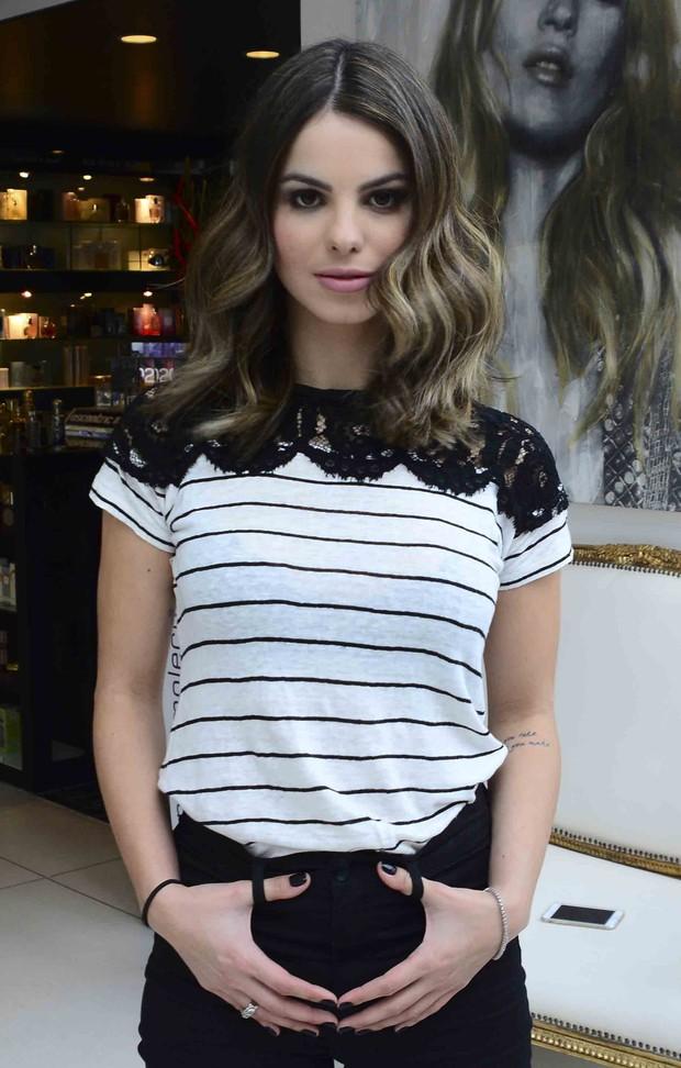 O novo visual da atriz Sthefany Brito pelas mãos do cabeleireiro Marco Antônio de Biaggi (Foto: Leo Franco/AgNews)