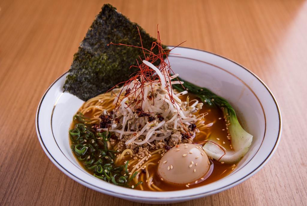 Ramen tantan (copa,moyashi, ovo cebolina e pimenta no caldo _ Tan Tan Noodle Bar_bares/gastronomia