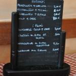 Na mesa: pratos anotados em uma lousa