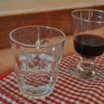 Copo para água e taça de vidro pesadona para tinto: privilégio de quem pede os melhores vinhos da casa