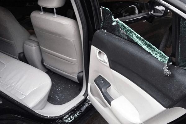 taxistas agridem carro do uber