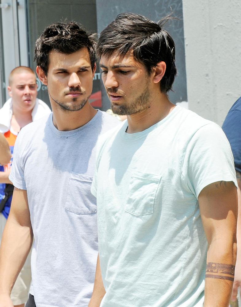 Uma foto de 24 de junho de 2013, em Nova York, flagra Taylor Lautner e seu dublê filmando o ainda inédito Tracers