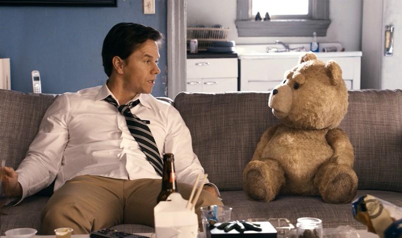 Ted com Mark Wahlberg: homem convive com um falante urso de pelúcia