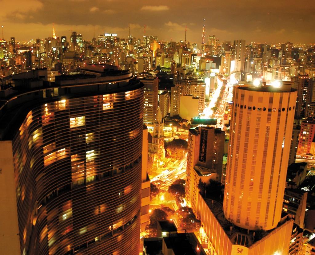 Data da foto: 11/2006 Vista noturna a partir do Edíficio Terraço Itália com os edifícios Copan e Hotel Hilton, e Rua da Consolação ao fundo.
