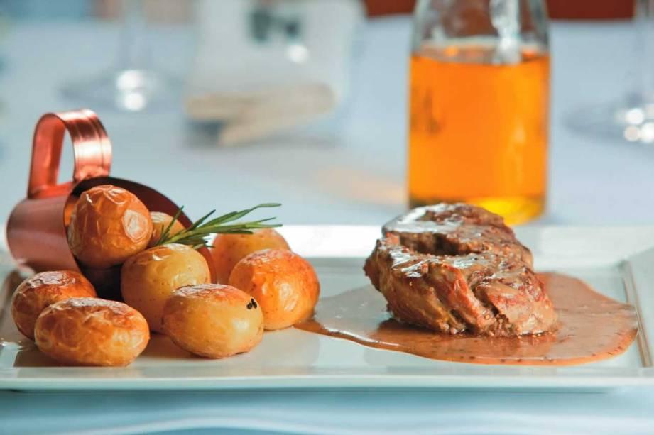Filé-mignon ao molho de mostarda de Dijon guarnecido de batata rústica