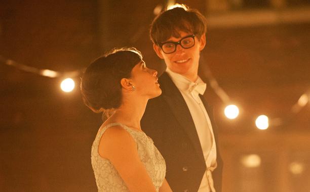 Felicity Jones e Eddie Redmayne, que levou o troféu de melhor ator, em cena de A Teoria de Tudo
