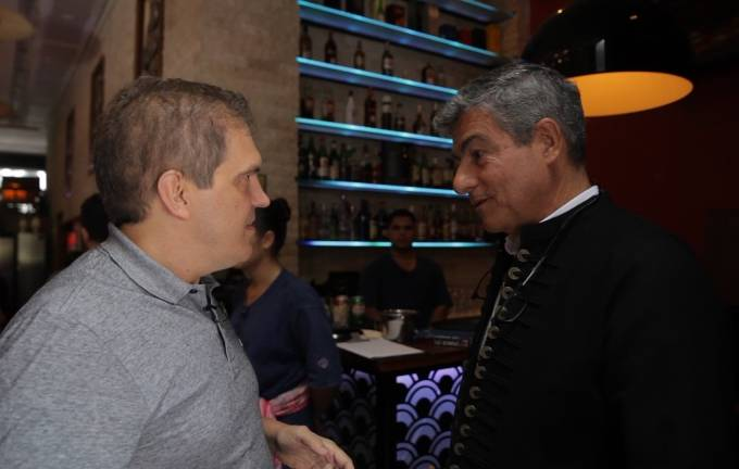 Lorençato com Cyro Sá: uma viagem de tuk-tuk para apresentar o novo Tian (Foto: Vídeo Veja São Paulo)