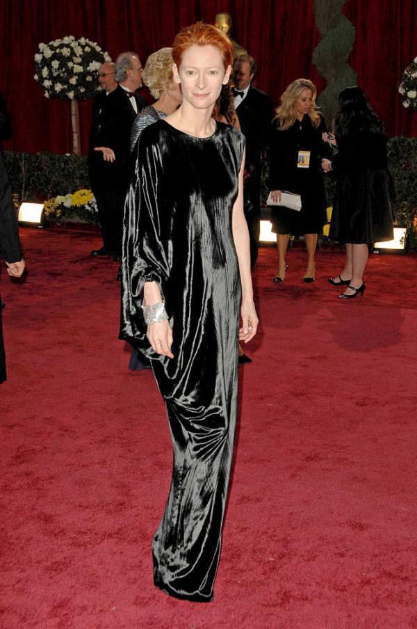 A atriz Tilda Swinton veste Lanvin no Oscar de 2008. O visual ficou parecendo uma cortina presa nos ombros. (Foto: Reprodução)