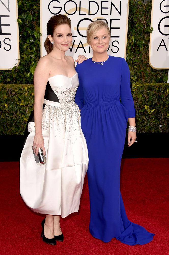 A apresentadora Tina Fey escolheu modelo estruturado da grife Antonio Berardi. Sua colega Amy Poehler escolheu Stella McCartney azul (Foto: Reprodução/Fashionista)