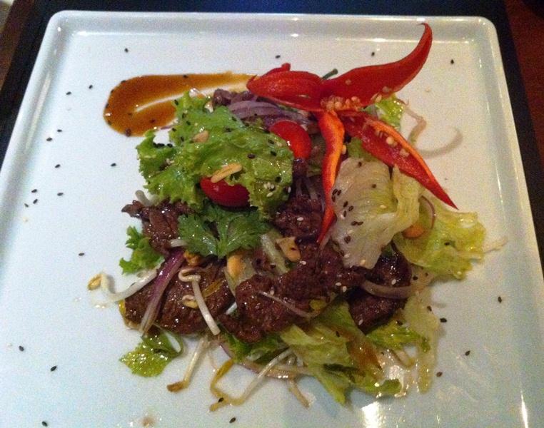 Tomyam: salada vietnamita de tiras de filé-mignon (Foto: Arnaldo Lorençato)