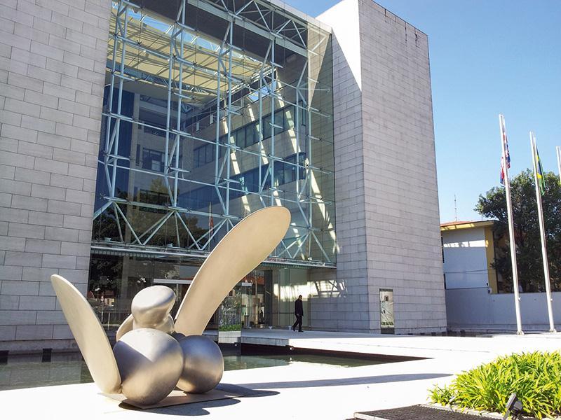 Species, escultura de aço inox do artista inglês Tony Cragg, pode ser vista na entrada do Centro Britânico Brasileiro, em Pinheiros