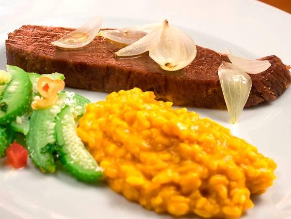 Tordesilhas: carne de sol assada em manteiga de garrafa com risoto de abóbora (Foto: Fabio Ribeiro)