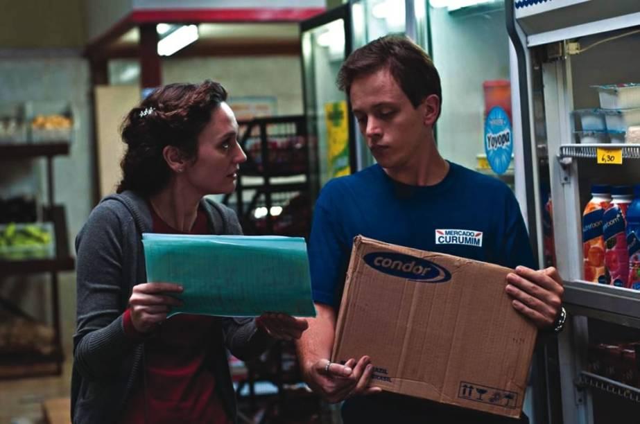 Trabalhar Cansa: Helena Albergaria interpreta uma ex-dona de casa que resolve abrir um mercadinho