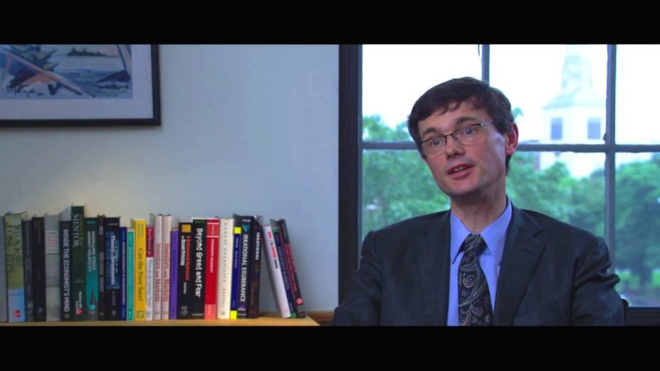 Trabalho Interno: documentário traz entrevistas com economistas, políticos e jornalistas falando sobre a crise econômica de 2008