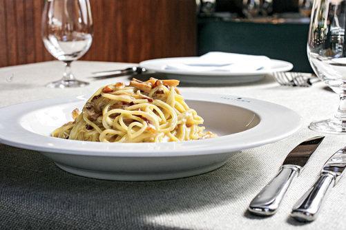 Trattoria: espaguete à carbonara uma das especialidades da casa da grife Fasano
