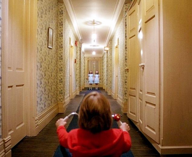 Andar de triciclo pelos corredores do hotel é uma das lembranças de Danny