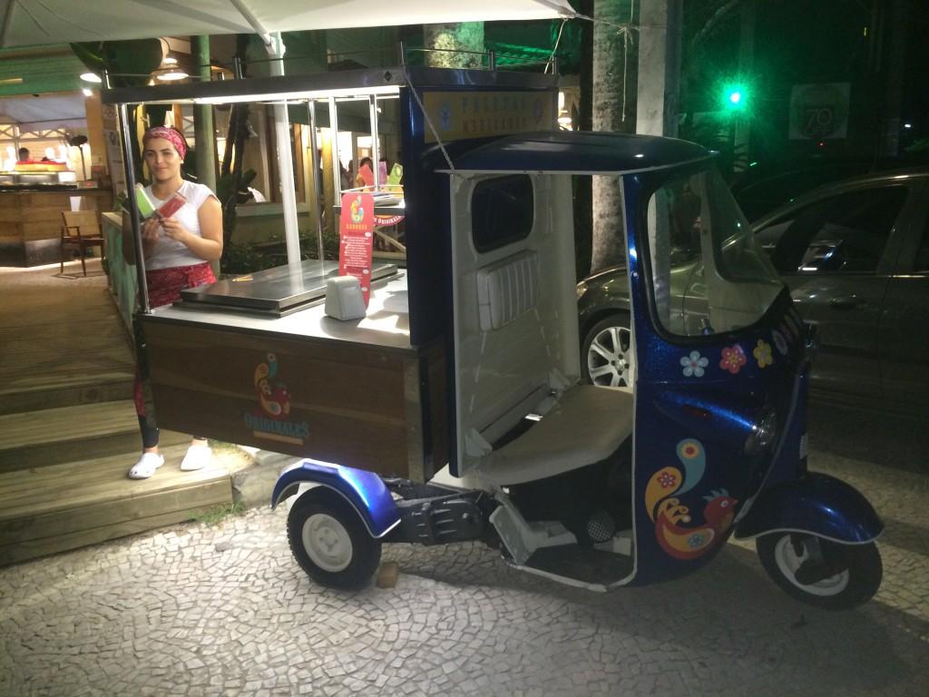 Tuk-tuk estacionado em frente ao Shopping Juquehy (Foto: Fábio Lemos Lopes)
