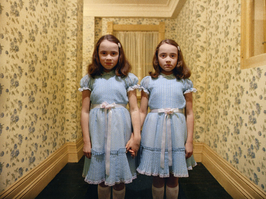 As gêmeas Burns em cena icônica de O Iluminado