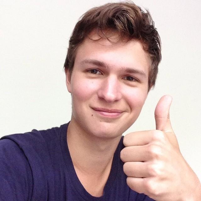 Ansel agradece aos fãs por ter conquistado 1 milhão de seguidores no Twitter