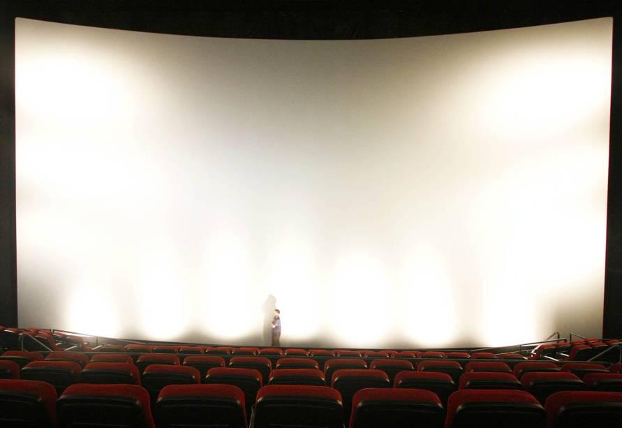 Tela da sala IMAX tem 13,40m (altura)  por 21,34 m (largura)