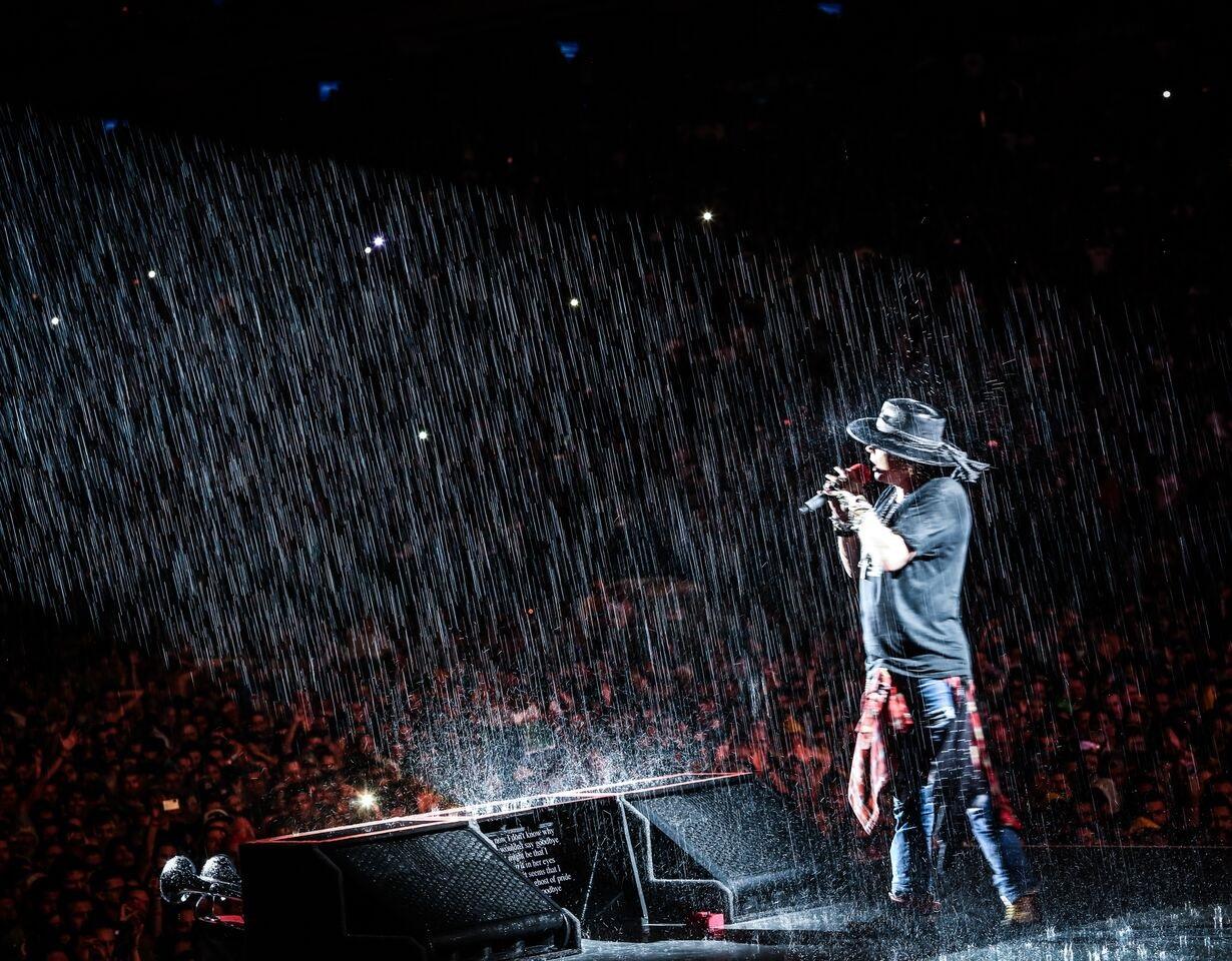 Sob chuva, Guns N'Roses toca no Allianz Parque (Foto: Katarina Bonzova)