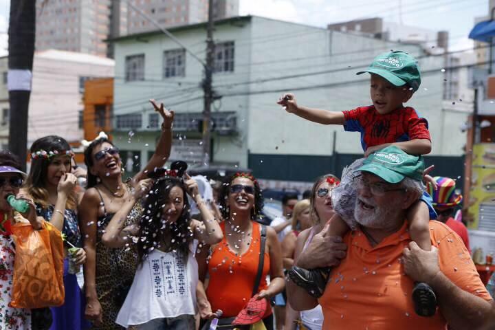 Foliões curtem bloco Urubó, na Freguesia no Ó, na última terça-feira (9)  (Foto: Ricardo D'Angelo)