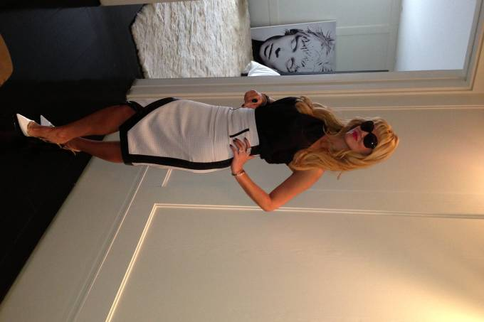 val-vestida-de-branco-e-preto