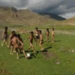 No Vale de Dechen, no Tibet, a molecada dispensa até uniforme na hora da pelada (Crédito: Caio Vilela)