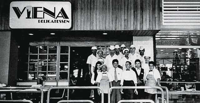 Registro de 1980 com funcionários da loja do Conjunto Nacional (Foto: Reprodução)