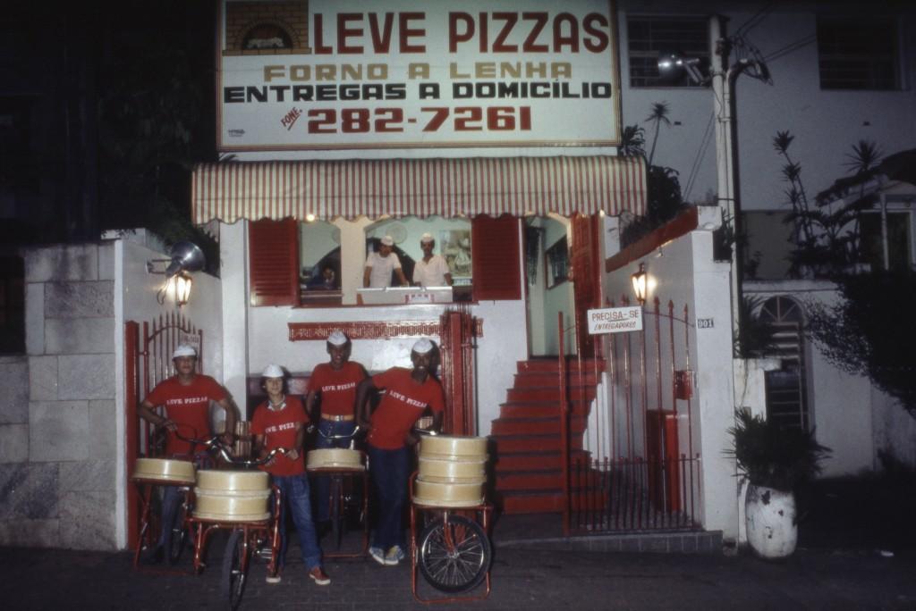 Fachada da Leve Pizzas, com sua então frota de bikeboys, nos Jardins